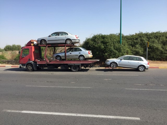 תמונות שלמה עוזר קונה רכבים לפירוק